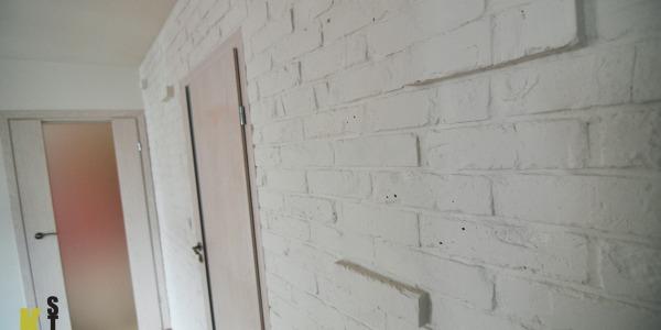 Apartament w Krakowie - cegła pomalowana na biało